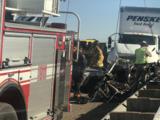 Mueren tres personas cuando su vehículo es chocado dos veces en la autopista 99