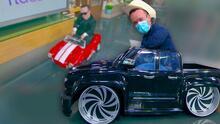 Grupo Obzesion de 'Mi Trokita Cumbia' regala una 'trokita' a 'Carlitos' para que deje su carrito