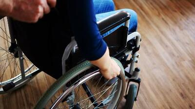 Esclerosis múltiple: síntomas y tratamientos de esta enfermedad incurable que afecta al cerebro y la médula espinal