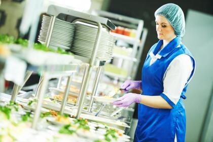 <b>Puesto 5. Ayudantes de cocina. </b>Estos empleados ayudan a los cocineros en tareas como cortar, pelar y preparar alimentos fríos y generalmente están bajo su supervisión. Ganaron 24,076 dólares en 2018 y hay unos 473,000 de estos trabajadores en el país.