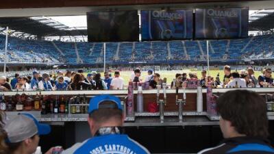 Cerveza y fútbol; lo puedes disfrutar en los estadios de la MLS, pero no en otros paises