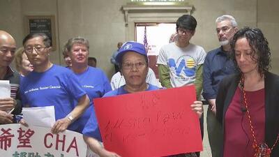Residentes inmigrantes de un edificio de Chicago Housing Authority exigen servicios en sus idiomas