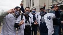 Fanáticos de las Grandes Ligas celebran poder regresar a los estadios, aunque con restricciones por el coronavirus