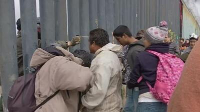 El momento en que un agente de la Patrulla Fronteriza rocía gas lacrimógeno en el rostro de migrantes