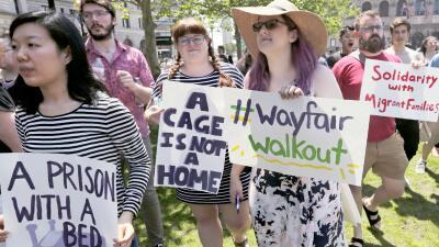"""""""No seremos cómplices"""": empleados de una mueblería protestaron la venta de 200,000 dólares en camas para un centro de detención de niños en Texas (fotos)"""