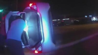 En video: policías rompen cuidadosamente el cristal de un auto volcado para sacar a tres niños en Texas