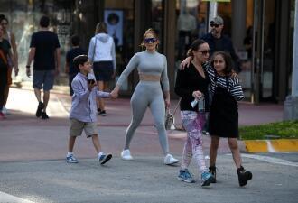 ¿Regalos de cumpleaños adelantados? Jennifer López se va de compras con sus gemelos Max y Emme