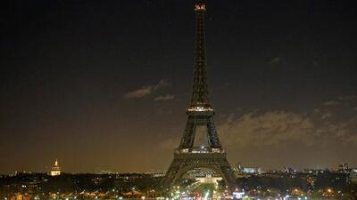 En Un Minuto: el luto apaga la Torre Eiffel en París