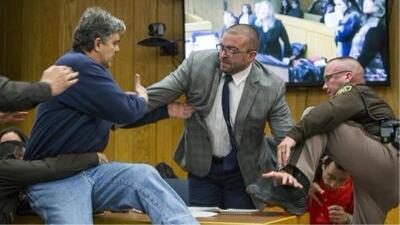 El enfurecido padre de tres víctimas de Larry Nassar intenta golpearlo en la corte
