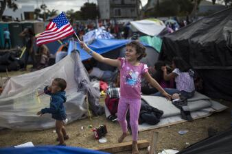 Refugios en Tijuana colapsados, las compras del Black Friday y la erupción del Volcán de Fuego: las noticias de la semana en 10 fotos