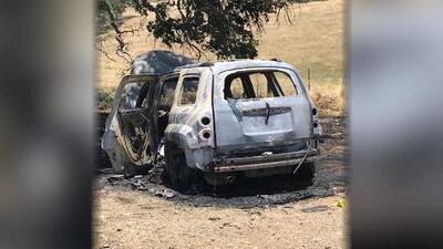 Un hombre arrestado en relación con un cuerpo encontrado dentro de un carro quemado