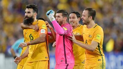 Con un 'hat-trick' de Mile Jedinak, Australia venció 3-1 a Honduras y se clasificó al Mundial