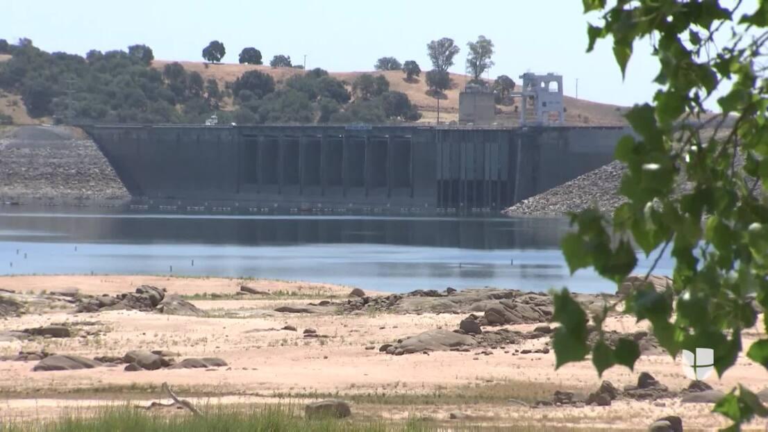 Bajos niveles de agua en el lago Folsom mientras California enfrenta la sequía