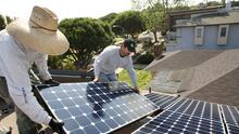 Alertan sobre nueva estafa a latinos de California con paneles solares