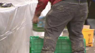 Residentes y comerciantes de Guerneville inician limpieza luego de las inundaciones