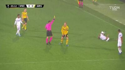 Tarjeta amarilla. El árbitro amonesta a Rob Holding de Arsenal