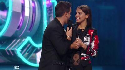 Michelle Renaud recibe un pícaro beso de Mane de la Parra quien mandó un mensaje a Danilo Carrera