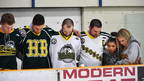 Canadá llora la muerte de 15 integrantes de un equipo de hockey en un accidente