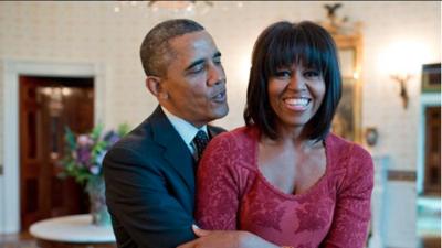 """Trump no """"tuvo tiempo"""" de  comprar un regalo a Melania de cumpleaños y Pete Souza le respondió con una adorable foto de los Obama"""