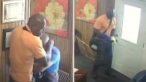 Video capta a sospechoso de robo agravado golpeando a un hombre de 68 años