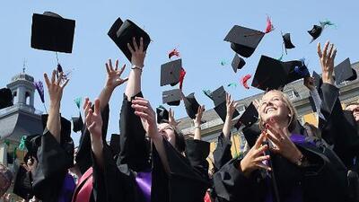 La historia de alumnos de escuelas comunitarias en Chicago que celebrarán su graduación con una beca