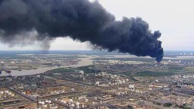 Empresa petroquímica de Houston afirma que logró apagar el incendio de los tanques, aunque el humo todavía es visible