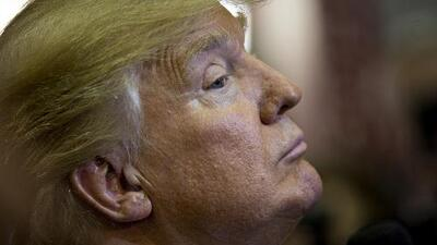 """Donald Trump responde las críticas de Mitt Romney al llamarlo """"farsante"""""""
