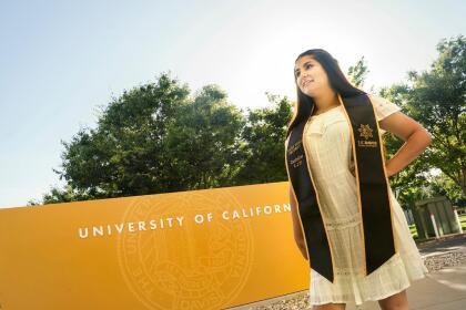 <b>Universidad de California, Davis (10º a nivel nacional)</b> <br> <b>Costo estimado anual sin ayuda financiera: </b>$36,100 <br> <b>Costo estimado anual con ayuda financiera: </b>$16,400 <br> <b>% estudiantes obtienen becas: </b>66% <br> <b>% graduación:</b> 86% <br> <b>Salario promedio anual estimado:</b> $57,100