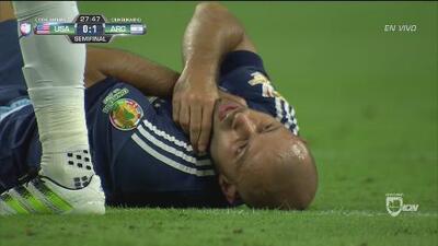 Dempsey dejó a Mascherano sin respiración con un codazo al cuello