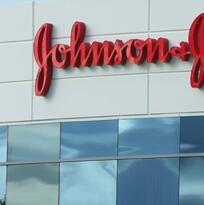 Jurado ordena a Johnson & Johnson pagar millonaria indemnización a hombre que le crecieron los pechos tras usar un fármaco
