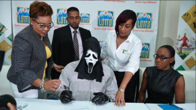 Ganó 158 millones en lotería y prefirió ocultar su identidad yendo disfrazado a recoger el cheque