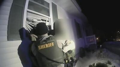 En video: La policía rescata a un hombre de las infernales llamas de un incendio en Iowa