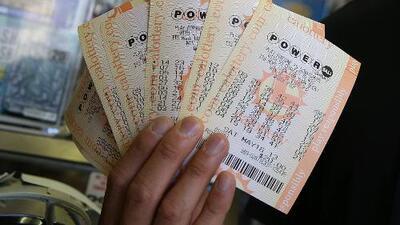 Cientos de personas abarrotan una tienda en Rosenberg, Texas, reconocida por vender boletos ganadores del Powerball