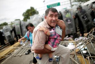 El resumen noticioso de la semana en 14 fotos: la caravana migrante, los paquetes bombas y un supertifón devastador