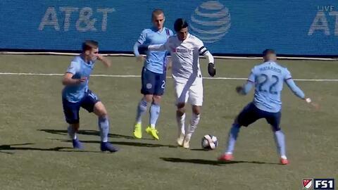 Carlos Vela da un magnífico pase entre tres rivales y Walker Zimmerman la falla horriblemente