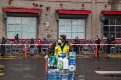 <b>Compras nerviosas.</b> En Estados Unidos, ahora el tercer país con más casos de covid-19 reportados, muchos han abarrotado las tiendas para abastecerse de productos desinfectantes y papel higiénico, lo que ha causado la escasez temporal de algunos artículos. En la fotografía un cliente de una tienda Costco de Brooklyn, Nueva York, luego de hacer sus compras el 19 de marzo.