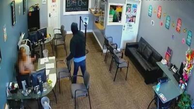 Una cámara de seguridad captó el momento en que un sujeto apuñaló a una mujer en California