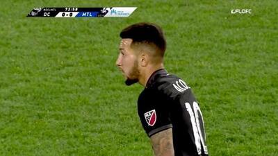 Luciano Acosta intenta sorprender al portero desde fuera del área, pero el balón se niega a entrar