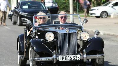 El paseo del príncipe Carlos en un auto clásico británico por La Habana que incendió las redes sociales