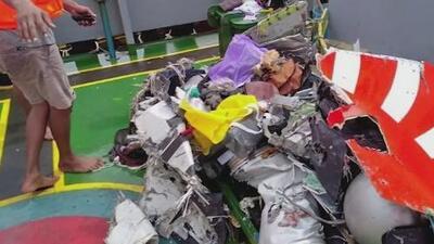 Imágenes de los restos del avión que se estrelló en el mar con 188 personas a bordo en Indonesia