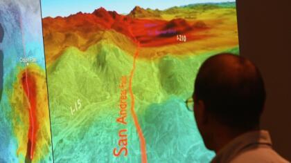 Un científico del USGS muestra el impacto que tendría un terremoto de magnitud superior a 7.0 sobre la Falla de San Andrés.