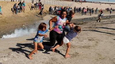 Tensión en la frontera: la historia detrás de la foto viral de la madre y sus dos hijas