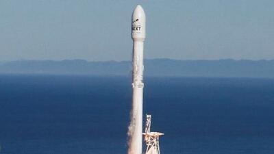 El cohete Falcon 9 de SpaceX vuelve a la Tierra tras salir de un base en California
