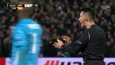Tarjeta amarilla. El árbitro amonesta a Fabian Lustenberger de Young Boys