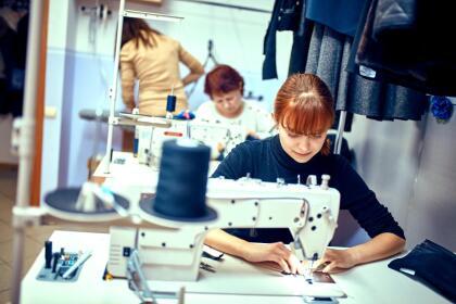 <b>Puesto 13. Operadores de máquinas de coser. </b>Ganaron en promedio 25,896 dólares en 2018. Estos trabajos están desapareciendo en EEUU a medida que las empresas automatizan la producción o fabrican en otros países. En 2014 la BLS proyectó que estos empleos disminuirían 16,7% para 2024 y en EEUU hay actualmente 131,000 personas en este oficio.