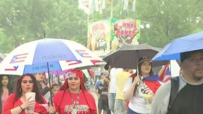 A pesar de la lluvia, cientos de personas celebran el desfile puertorriqueño en el vecindario de Humboldt Park