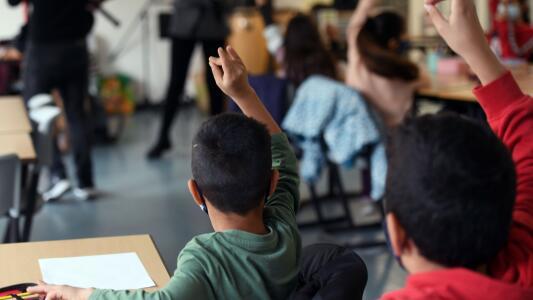 Proyecto de ley en Texas busca limitar la cantidad de contenidos políticos y coyunturales que entregan maestros a menores