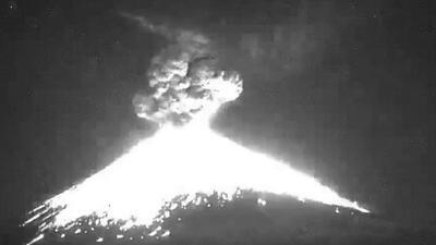 El momento de la fuerte explosión del volcán Popocatépetl en México