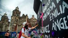 Pusieron vallas ante la Marcha de las Mujeres; ellas las tapizan con nombres de las asesinadas en México