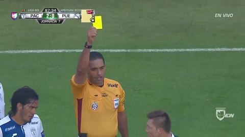 Tarjeta amarilla. El árbitro amonesta a Alejandro Chumacero de Puebla